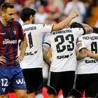Valencia se impone del Eibar y sigue su lucha por Champions