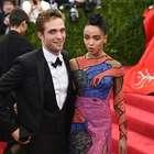 La novia de Robert Pattinson se viste con hombres desnudos
