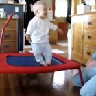 Bebé de siete meses brinca como experto en trampolín