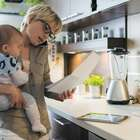 Mães têm 2h a mais de tarefas domésticas com chegada do bebê
