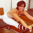 Lembra da Tiazinha? Suzana Alves mostra flexibilidade na web