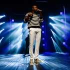 Thiaguinho estreia show e mostra samba no pé em SP