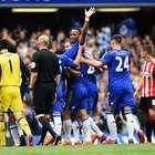 Drogba se va de Chelsea y compañeros lo llevan en andas