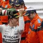 Rosberg bate Hamilton em erro da Mercedes e esquenta briga