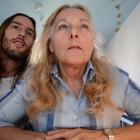 Hombre hace video secreto para ¡buscarle novio a su madre!