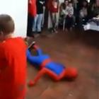 'Spider-Man' falla en su truco y termina lesionado