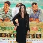 Cleo Pires vai à pré-estreia com decote e sutiã à mostra
