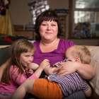"""Mulher amamenta filha de 5 anos para """"aumentar inteligência"""""""