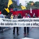 Com 'fora reitor e FMI', manifestantes fecham portão da USP