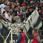 Faixa contra Amarilla paralisa jogo do Corinthians: vergonha