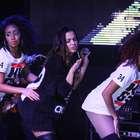 Quanta sensualidade! Anitta chama fãs ao palco durante show