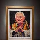 Retrato de Bento XVI com camisinhas gera polêmica
