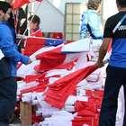 Hinchas reciben banderas chilenas donadas por Farkas