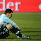 Dos niños consuelan a Messi tras caer en Copa América