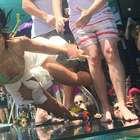 De maiô, Demi Lovato leva tombão durante show na piscina