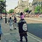 Homem e criança carregam bandeiras do EI perto do Big Ben
