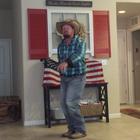 Vaquero baila con botas y sombrero a ritmo de hip-hop