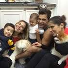 Momento família! Zezé posa com filhas, netos e cachorros