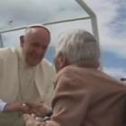 Francisco detiene papamóvil y bendice a mujer de 100 años