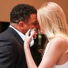 Ronaldo troca carinhos com namorada em evento de moda