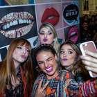 Famosas se reúnem em inauguração de loja de maquiagem em SP