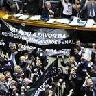 Após manobra, Câmara aprova redução da maioridade penal