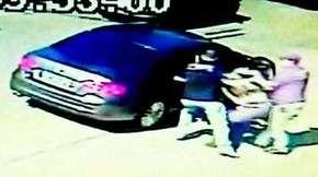 Homem escapa de ser sequestrado por falsos policiais e câmera registra