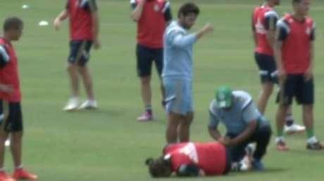 Valdivia 'desmente' lateral com susto em treino do Palmeiras