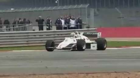 Felipe Nasr guia modelo de 1983 da Williams em Silvertone