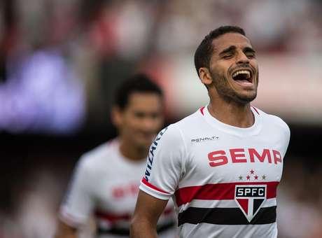 Negociação entre São Paulo e Barcelona por Douglas deve durar mais alguns dias