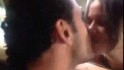 Fred para no meio da avenida e beija fã na boca; veja