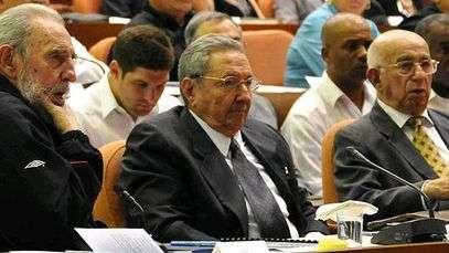 Fidel reaparece ao lado do irmão no parlamento cubano