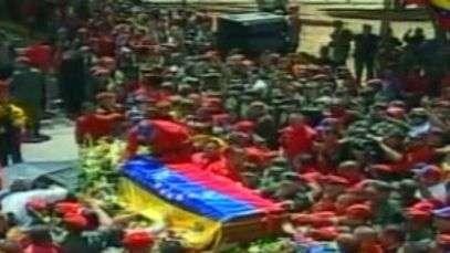 Multidão presta homenagens para Chávez em cortejo fúnebre