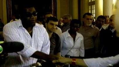 'Filho' de Emílio Santiago passa por saia justa; veja