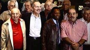 Com Pelé, campeões mundiais homenageiam ministro em almoço