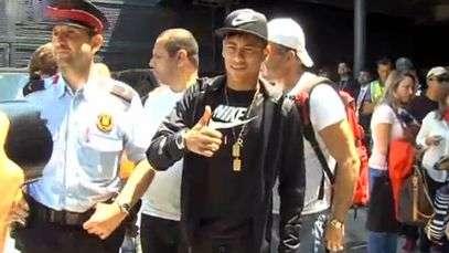 Veja desembarque de Neymar e namorada em Barcelona