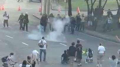 Polcia atira contra manifestantes no Rio de Janeiro