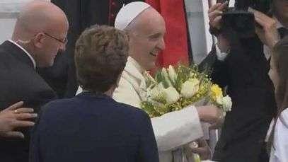Papa é recebido com flores por Dilma; veja chegada