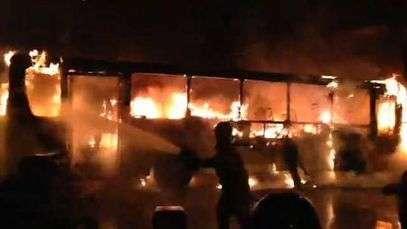 Bombeiros tentam conter fogo em ônibus no Rio de Janeiro
