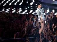 Bad look: cantora usa minivestido e esquece a calcinha