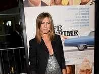 Jennifer Aniston exibe barriga nos EUA, mas nega gravidez
