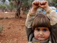 Autor conta sobre foto viral de menina síria que 'se rende'