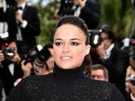 Sem sutiã, Michelle Rodriguez é traída por flashes em Cannes