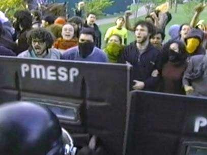 Manifestantes foram surpreendidos pela PM de madrugada; pelo menos 66 pessoas acabaram detidas e levadas para a delegacia. Foto: Reprodução