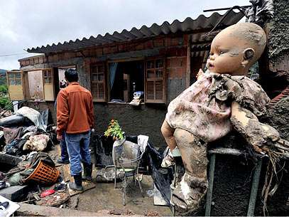Equipes investigam casa destruída no bairro Jardim Salaco. Foto: Reinaldo Marques/Terra