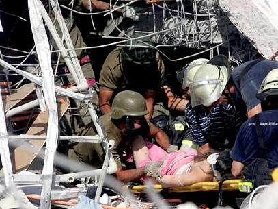 Ao menos 100 pessoas estariam soterradas. Foto: AFP