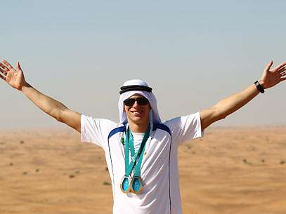 De braços abertos, Cielo mostra os dois ouros no deserto. Foto: Satiro Sodré/CBDA/Divulgação