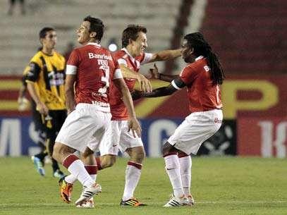 Colorados tentam reação após derrota para o Santos. Foto: EFE