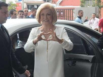 Esbanjando simpatia e mandando beijos para os fãs, a apresentadora Hebe deixou nesta quinta-feira (22) o Hospital Israelita Albert Einstein, em São Paulo. Foto: Agews