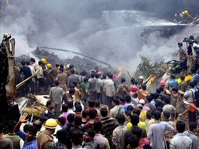 Equipes de resgate trabalham para conter chamas e salvar sobreviventes. Foto: AP